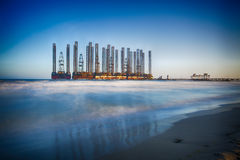 La playa agita con la plataforma petrolera en el mar Caspio Imagen de archivo
