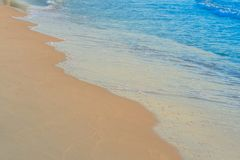 La playa agita el tiempo del día de la arena foto de archivo