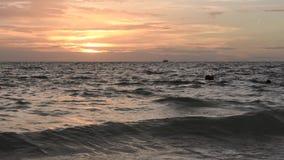 La playa agita en la puesta del sol