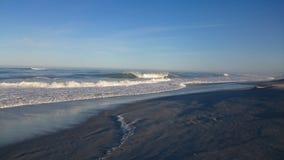La playa agita sueño de las personas que practica surf Fotografía de archivo libre de regalías