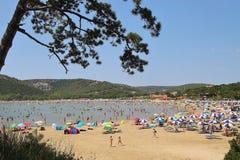 La playa apretada del paraíso en verano, en la ciudad y el centro turístico Lopar, isla de Rab, Croacia imagenes de archivo