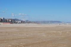 La playa azotada por el viento de Pescara imagenes de archivo