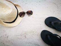La playa blanca de la arena con los vidrios del sombrero y de sol en Hua Hin vara, artículo y los accesorios para las vacaciones  fotos de archivo