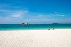La playa blanca de la arena y el mar hermoso en el día de los cielos brillantes Imagenes de archivo