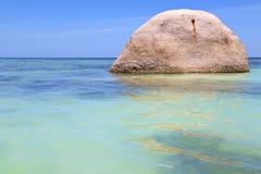 La playa blanca de la isla de la bahía de tao del kho de Asia oscila Imagen de archivo