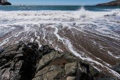 La playa California del rodeo oscila ondas y la arena Fotos de archivo