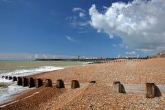 La playa colorida de Hastings con el embarcadero reconstruyó y se abre en el público en 2016 en el fondo y un cielo azul con la n Foto de archivo