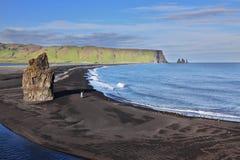 La playa con la arena volcánica negra Foto de archivo libre de regalías