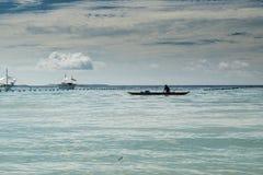 La playa con un barco de pesca Fotografía de archivo libre de regalías