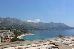 La playa Croacia, hotel de Kupari arruina el tejado Foto de archivo libre de regalías