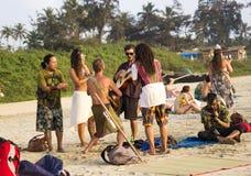 La PLAYA de ARAMBOL, GOA, la INDIA - 15 de febrero de 2013 - gente es relajante en la playa Imagenes de archivo
