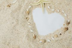 La playa de la arena formó un símbolo del corazón fotografía de archivo