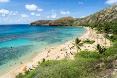 La playa de la bahía de Hanauma, Oahu Hawaii llenó de los veraneantes y de bucear foto de archivo libre de regalías
