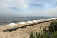 La playa de Balangan con el parasol, DUA de Nusa, es una del más hermosa de Bali Foto de archivo