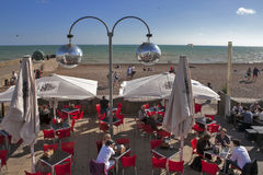 La playa de Brighton reflejó en una ejecución de la bola de espejo en uno de los cafés del frente de la playa Foto de archivo