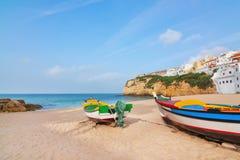 La playa de Carvoeiro con los barcos de pesca en Imagen de archivo libre de regalías