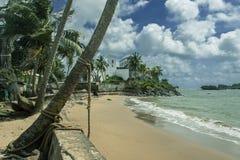 La playa de la ciudad de Axim que pasa por alto el mar y el castillo imagen de archivo libre de regalías