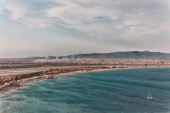 La playa de la ciudad de la silla de montar del diablo en la capita Foto de archivo