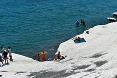 La playa de Governos en Chipre en el tiempo de verano es visitada por toda la gente y familias imagen de archivo libre de regalías