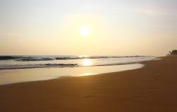 La playa de Koggala en la puesta del sol Foto de archivo libre de regalías