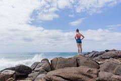 La playa de la muchacha del adolescente oscila el cielo Imágenes de archivo libres de regalías