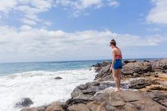 La playa de la muchacha del adolescente oscila el cielo Imagenes de archivo