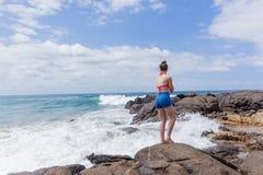 La playa de la muchacha del adolescente oscila el cielo Imagen de archivo