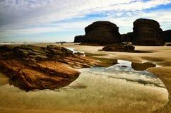 La playa de las catedrales es una de las playas más hermosas de España, localizado en Galicia en el norte de España imagen de archivo libre de regalías