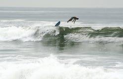 La playa de Rockaway es eje que practica surf que se convierte Imagen de archivo