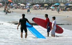 La playa de Rockaway es eje que practica surf que se convierte Fotografía de archivo