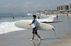 La playa de Rockaway es eje que practica surf que se convierte Foto de archivo libre de regalías