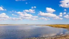 La playa de Sandy agita las nubes pacíficas fotos de archivo