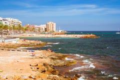 La playa de Sunny Mediterranean, turistas se relaja en la orilla caliente del mar o Imagen de archivo