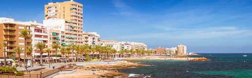 La playa de Sunny Mediterranean, turistas se relaja en la orilla caliente del mar o Foto de archivo libre de regalías
