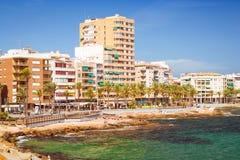 La playa de Sunny Mediterranean, turistas se relaja en la orilla caliente del mar o Foto de archivo