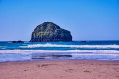 La playa de Trebarwith es una playa grande hermosa en Cornualles del norte imagenes de archivo