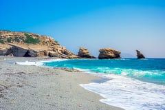 La playa de Triopetra con el mar de la turquesa en Creta meridional foto de archivo libre de regalías