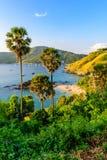 La playa de Yanui es una ensenada del para?so situada entre Nai Harn Beach y el cabo de Promthep en Phuket, Tailandia En un d?a d fotos de archivo libres de regalías
