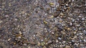 La playa del agua de la onda del banco empiedra la arena almacen de video