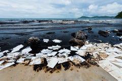 La playa del Ao Prao era llena de petróleo crudo y absorbe el papel Foto de archivo libre de regalías