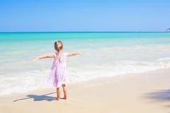 La playa del Caribe de la muchacha al aire libre arma abierto de par en par Foto de archivo libre de regalías