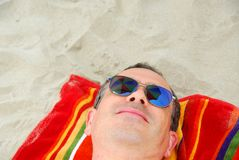La playa del hombre relaja las gafas de sol Foto de archivo