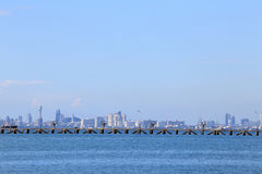 La playa del mar con el cielo azul y nube y montañas en Pattaya c Foto de archivo