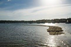 La playa del mar de la marea baja aparece la arena en el medio de la bahía en el puerto que corta, Cronulla, Sydney, Australia en fotografía de archivo