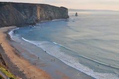 La playa del océano de la roca de la arena con los niños juega subir foto de archivo libre de regalías