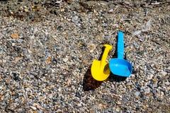 La playa del ` s de los niños juega en la playa de piedra Ciérrese encima de la visión Creatividad y relajación de la playa Recon imagenes de archivo