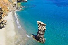 La playa del salto del ` s de la mujer mayor en Andros, Grecia Imagenes de archivo