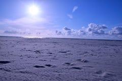 La playa del sol del arena de mar para se relaja en día de fiesta en Holanda Fotografía de archivo libre de regalías