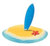 La playa del verano del paisaje del mar, tablas hawaianas se pegó en la arena de a la isla en la distancia en vacaciones Fotografía de archivo