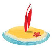 La playa del verano del paisaje del mar, tablas hawaianas se pegó en la arena de a la isla en la distancia en vacaciones Imágenes de archivo libres de regalías